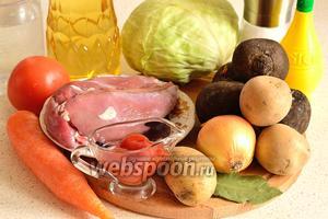 Для приготовления борща с уткой понадобится свёкла, капуста, картофель, морковь, филе утиной грудки, репчатый лук, специи, томатная паста, помидоры, чеснок, растительное масло, лимонная кислота и соль.