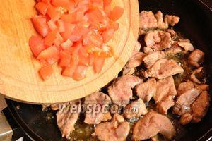 Затем обжарить кусочки утки на сковороде до готовности, в конце добавить произвольно нарезанный помидор и посолить. Обжарить всё вместе ещё 2 минуты. Мясо утиной грудки готовится очень быстро.