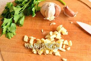 Нарезать зелень петрушки и чеснок произвольно. Чеснок добавить в борщ и через 1 минуту снять борщ с огня.