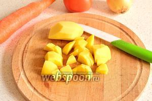 Картофель нарезать кубиком и добавить к капусте.