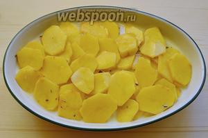 Выливаем взбитые сливки на картошку, ставим в духовку и запекаем около 1 часа, а температуру первые 15 минут держим 200°С, затем убавляем до 180°С.