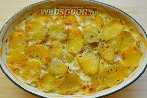 И вот она радость наша, картошечка румяная со сливочным вкусом, сверху слегка подрумянилась, раскраснелась, просто загляденье. Тмин и орегано добавили свою нотку, и блюдо приобрело потрясающий вкус. А тут и овощи подать к картошке, кушайте на здоровье!
