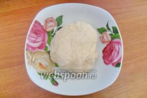 Тесто положить в миску, накрыть полотенцем и оставить в тёплом месте на 1,5 часа.