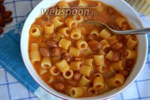 Дать готовому блюду постоять минут 5 и подавать горячим, сбрызнув оливковым маслом. При желании можно посыпать тёртым сыром.