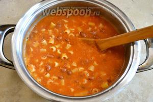 За 5 минут до окончания варки, добавить оставшуюся фасоль. Готовить ещё 5 минут. Блюдо должно получиться по консистенции достаточно густым (при желании можно всегда разбавить).