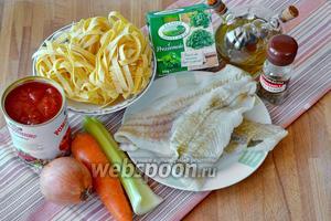 Ингредиенты: паста, филе путассу, морковь, лук репчатый, стебель сельдерея, помидоры в собственном соку, оливковое масло, соль и перец по вкусу.