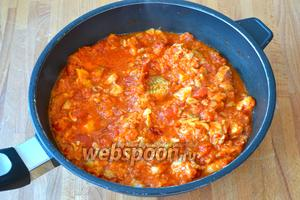 Готовую пасту добавить в сковороду к соусу и перемешать. Всё как следует перемешать и подавать! При желании, присыпать всё в конце рубленной петрушкой. Приятного аппетита!