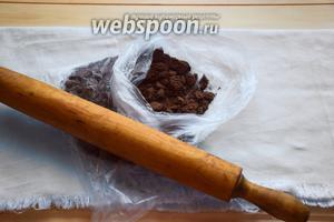 Начнём работу с того, что размелем печенье в крупную крошку в комбайне, либо скалкой в пакете!