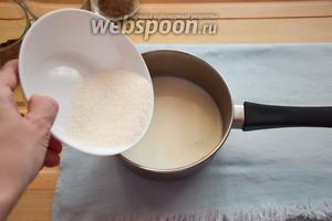 Молоко смешаем с сахаром и подогреем, не доводя до кипения. Одновременно с этим, желатин замочите в холодной воде.