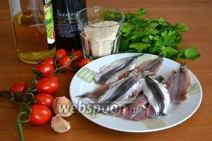 Ингредиенты: свежая килька, петрушка, помидорки черри, 1-2 зубчика чеснока, оливковое масло, белый винный уксус, соль и перец по вкусу.