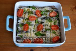 Поверх присыпки из сухарей и петрушки разложите разрезанные пополам помидорки черри. Сбрызните всё немного оливковым маслом и поставьте запекаться в разогретую до 220°C духовку на 15 минут.