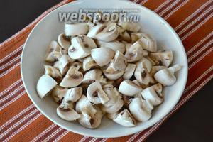 Грибы очистить и нарезать на четвертинки (или чуть мельче, если грибы крупные).