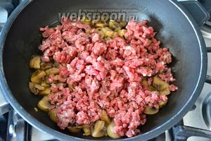 Уменьшить огонь и добавить в сковороду фарш.