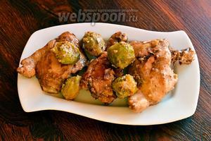 Затем выкладываем курицу и капусту на большое блюдо. После чего подаём на стол. Приятного аппетита!