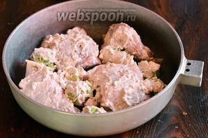 Смазываем капусту и куриную голень получившимся ранее соусом.