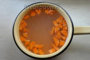 Морковь и чечевицу отправляем в горячий бульон, варим примерно 15 минут. Добавляем томатную пасту.