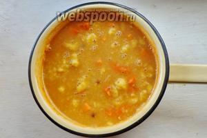 Затем, постоянно помешивая, вводим кукурузную крупу. Если суп вам покажется слишком густым, добавляем ещё бульона или воды. Затем варим ещё 7-10 минут на медленном огне.