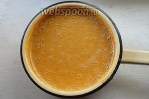 Измельчаем суп в пюре с помощью блендера. Здесь можно добавить сливки для более нежной текстуры супа, я этого не делаю. Добавляем соль и специи по кусу. Варим суп ещё 2 минуты.