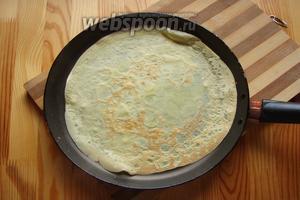 Наши блины обжариваем с 2 сторон, до золотистого цвета. Для первого блина дно сковороды смазываем маслом.
