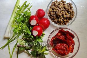 Для приготовления нам понадобится зелёная чечевица (за ранее вареная), редиска, вяленые помидора, петрушка, мята, чеснок, оливковое масло для заправки. Соль по вкусу.