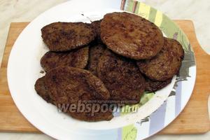 Наши печёночные оладьи из говяжьей печени со сливками готовы! Подавать с любимым гарниром, со сметаной и зеленью. Приятного аппетита!