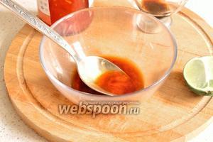 В миске смешать сладкий тайский соус чили, соевый соус и сок лайма. Это будет заправка для креветок.