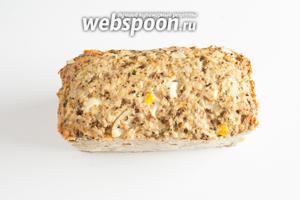 Минут через 15, после извлечения из духовки, мясной хлеб можно будет извлечь из формы, если вы собираетесь есть его горячим. Но тут существует некоторый риск, что куски окажутся крошковатыми и нестабильными. А вот через 1 час хлеб будет всё ещё чуть тёплым, и при этом абсолютно устойчивым и легко поддающимся нарезке. Но оптимального вкусораспределения этот мясной хлеб достигает, уже будучи холодным, — на следующий день.