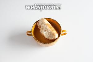 1/2 белой булочки ставим размачиваться в воде. Пока она размачивается, моем и чистим грибы, режем мясо на куски для мясорубки, обрываем у петрушки грубые стебли, если есть.