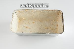 Смазываем форму, в которой будем выпекать мясной хлеб, сливочным маслом, и обсыпаем её сухарями. Чтобы сухари равномерно покрыли стенки формы, их нужно покатать внутри её.