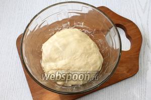 Добавляя понемногу просеянную муку, замешиваем тесто.