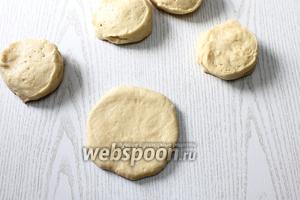 Раскатываем тесто в лепёшки, толщиной 0,5 см.
