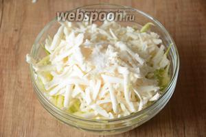 На крупной тёрке натираем плавленый сыр. Соединяем кабачок с сыром. Добавляем соль.