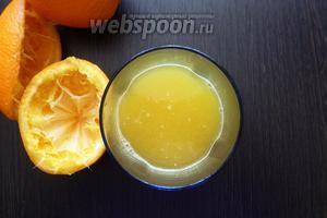 Сначала выжимаем сок из апельсинов.