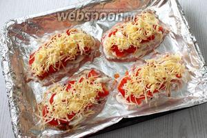 Посыпаем филе тёртым сыром. Запекаем в горячей духовке при 200°С, в течение 20-25 минут, до расплавления и лёгкого зарумянивания сыра.