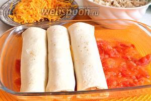 На дно жаропрочной формы положить 1/2 томатного соуса. На соус выложить все рулеты, швом вниз.