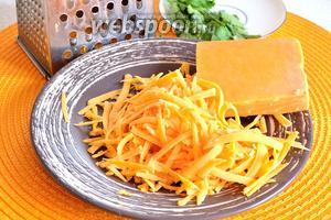 Сыр Чеддер натереть на тёрке. В мексиканской кухне очень часто используется именно этот сыр.