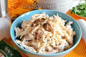 Теперь к куриному мясу добавляем 1 из главных специй Мексики — зиру (кумин). Можно использовать и молотую. Я взяла семена и немного их растёрла перед тем, как добавить. Посолить и добавить  орегано. Любители острого могут добавить жгучий молотый красный перец. Если вы не против кукурузы, то добавьте сюда ещё 2-3 столовых ложки консервированной кукурузы.