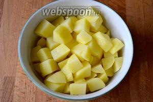 Картофель очистить и нарезать небольшими кубиками. Выложить картофель в кастрюлю (объёмом примерно 2 литра), залить водой и варить около 15 минут.