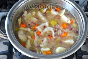 После того как лук покипел с остальными овощами около 5 минут, добавить кусочки рыбы.
