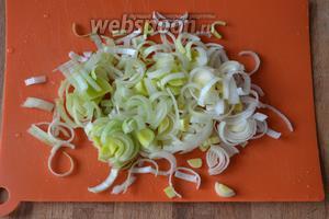 И нарезать лук-порей полукольцами. Итак, кладём последний лук в суп и даём провариться еще минут 10-15.