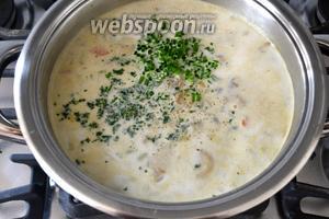 В конце добавляем сливки, рубленную зелень петрушки (у меня ещё пёрышки шнитт лука) и специи по вкусу. Варим ещё 5 минут и выключаем. Даём супу настояться минут 15, накрыв кастрюлю крышкой.