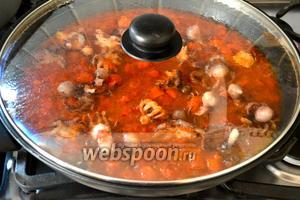 Уменьшить огонь, накрыть крышкой и тушить соус на среднем огне около 20-25 минут.