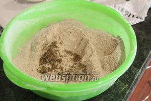 Для аромата истолчём зёрна кориандра в ступке и добавим его в сухую блинную смесь.
