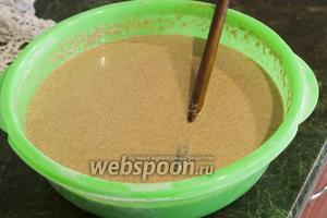 Доводим тесто до нужной густоты, добавляя воду. При желании, это может быть и свежевскипевшая вода, влитая тонкой струйкой.