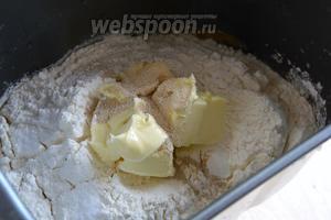 Всыпьте следом просеянную муку, соль и добавьте масло. Включите режим «тесто» («дрожжевое тесто» или «свежее тесто»).