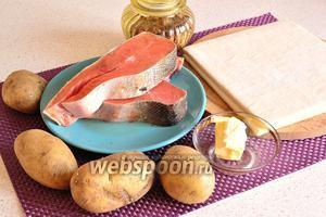 Подготовим все продукты: картофель, слоёное бездрожжевое тесто, кижуч, сливочное масло, соль, перец и 1 яйцо для смазки пирога.