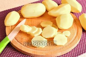 Картофель очистить и нарезать круглыми ломтиками.