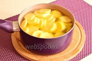 Картофель залить кипятком и поварить минут 10 до полуготовности. За 2 минуты до конца варки, картофель посолить. Затем картофель откинуть на дуршлаг и оставить немного обсохнуть.