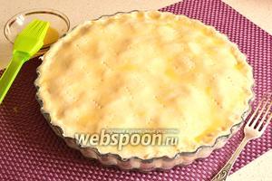 Вторую часть теста тоже раскатать размером чуть больше, чем диаметр формы. Накрыть пирог сверху. Края хорошенько защипнуть и обрезать скалкой. Сверху пирог помазать яйцом. Выпекать пирог при температуре 200°С 25-30 минут.