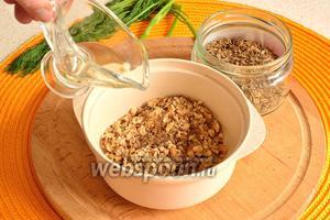 Затем орехи положить в миску, добавить к орехам семена укропа. Я их немного предварительно размяла в ступке для большего аромата. К этой смеси добавить немного масла и всё перемешать.